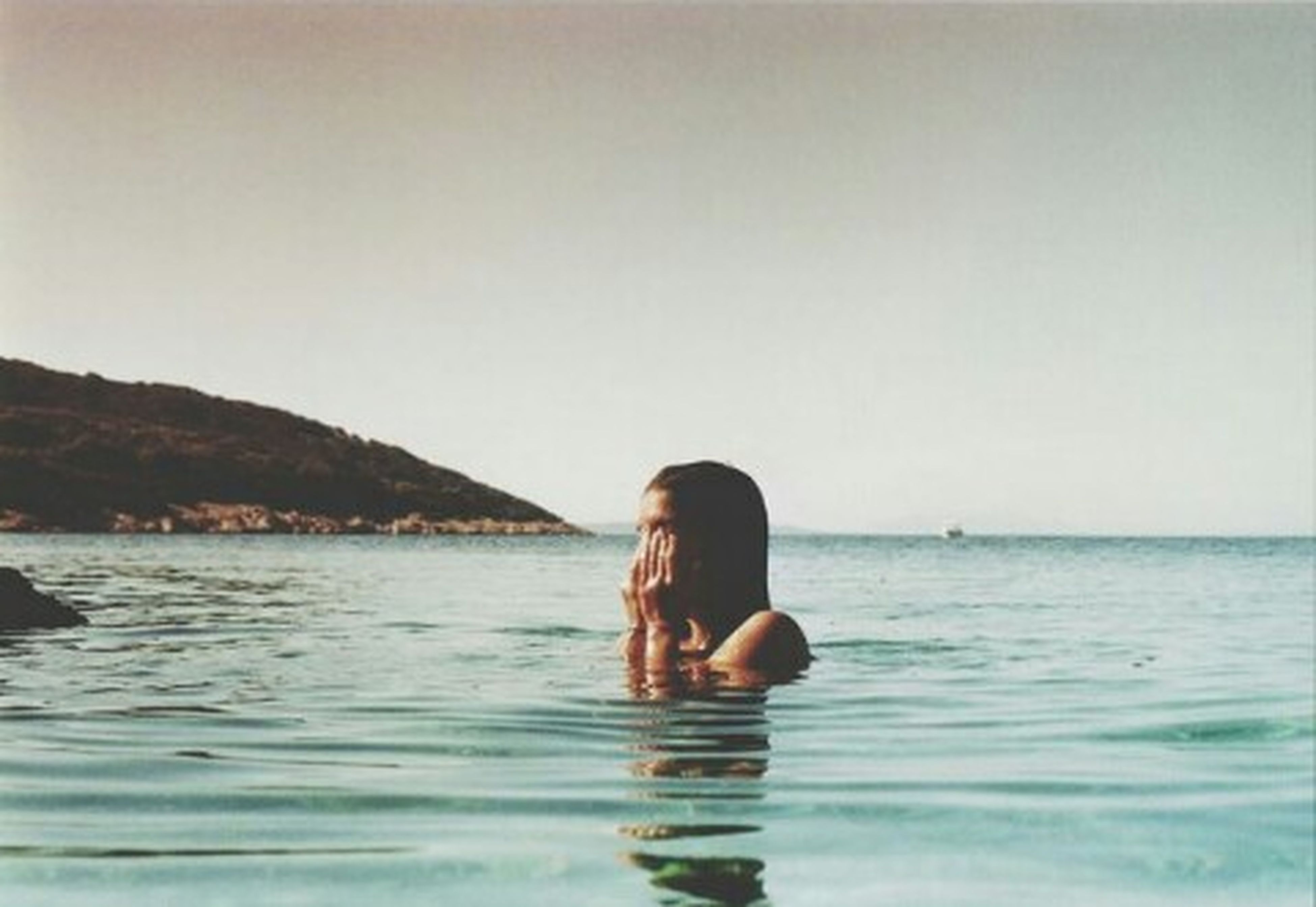 water, sea, lifestyles, waterfront, leisure activity, copy space, young adult, horizon over water, rear view, rippled, clear sky, standing, person, scenics, side view, tranquility, tranquil scene, vacations