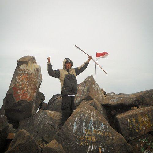 Puncak ogal agil Mtarjuno Summit INDONESIA Lusuh mountaineering tracking