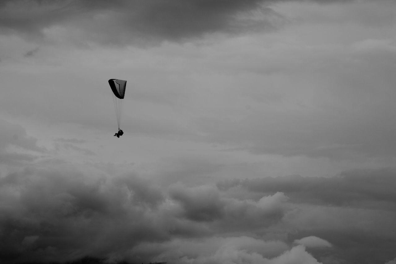 Baños De Agua Santa. BañosEcuador Blackandwhite Ecuador Flying Nubes Outdoors Parapendio Parapente Sky Unacartolinalgiorno