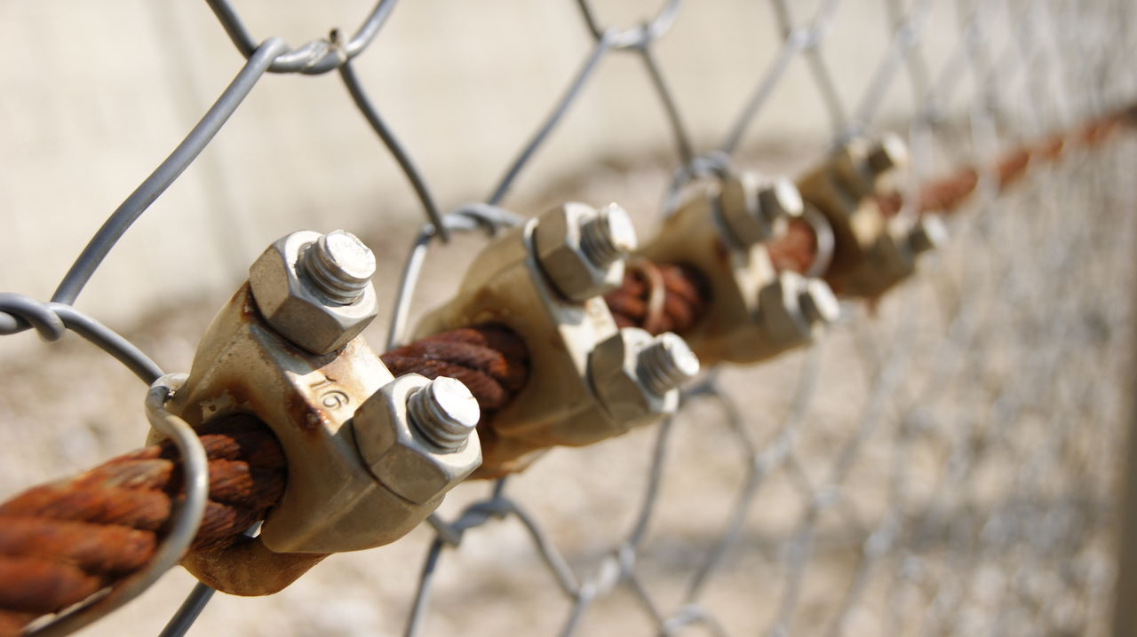 metal, safety, protection, day, rusty, security, chainlink fence, outdoors, connection, focus on foreground, human hand, close-up