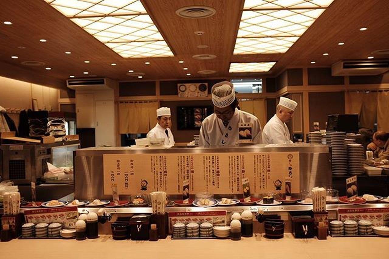 Non-stop sushi making Sushi Sushimusashi Kyotostation Kyoto Goodfood Fujifilm Fujifilmph X100t Travelwithwife
