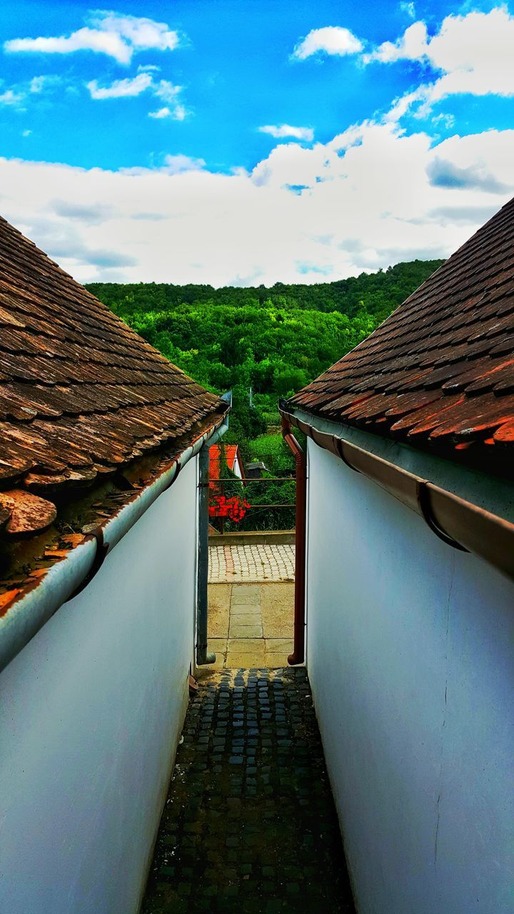 sky, cloud - sky, roof, architecture, built structure, building exterior, day, house, outdoors, no people, tiled roof, nature, beauty in nature