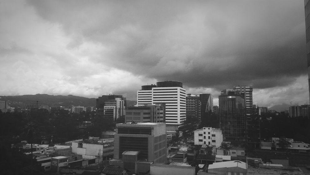 Un dia mas, bajo nubladas nubes Black&white Dias De Lluvia Septiembre Blackandwhitephotography