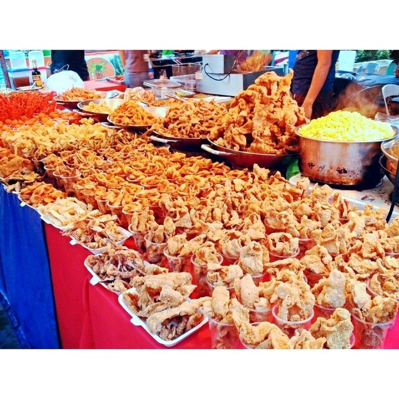 Lethally-delicious pinoy street food all on one table. Prepare your maintenance drugs for this one. Streetfood Pinoyfood Pagkaingpinoy Itsmorefuninthephilippines friedfood delicious yummy banchetto quezoncity cubao sundays sundaydinner
