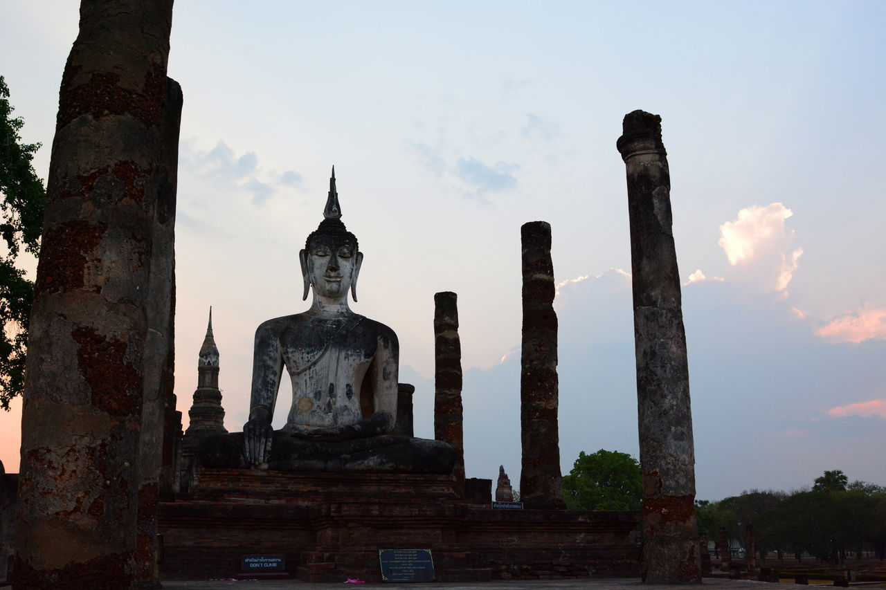 Sunset time at Wat Mahathat. Sukhothai Historical Park Ancient ASIA Blue Hour Buddha Buddhist Temple EyeEm Thailand Famous Place Historical Historical Monuments Religion Sculpture Silhouette Spirituality Statue Sukhothai Sukhothaihistoricalpark Sunset Silhouettes Temple Thai Thailand The Past Tourism Travel Travelphotography