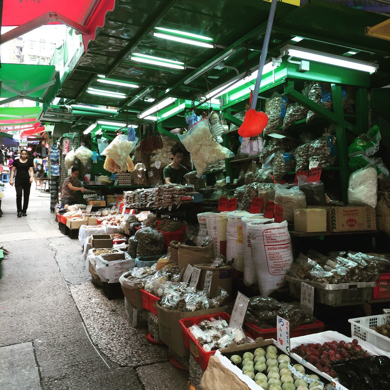 @izzymaxie Street market at HongKong Central, freshest produce everyday Streetmarket Streetphotography Street Life Street Food Worldwide Hongkong Photos Hongkongfood Hongkong Central Streetstyle Street Style From Around The World