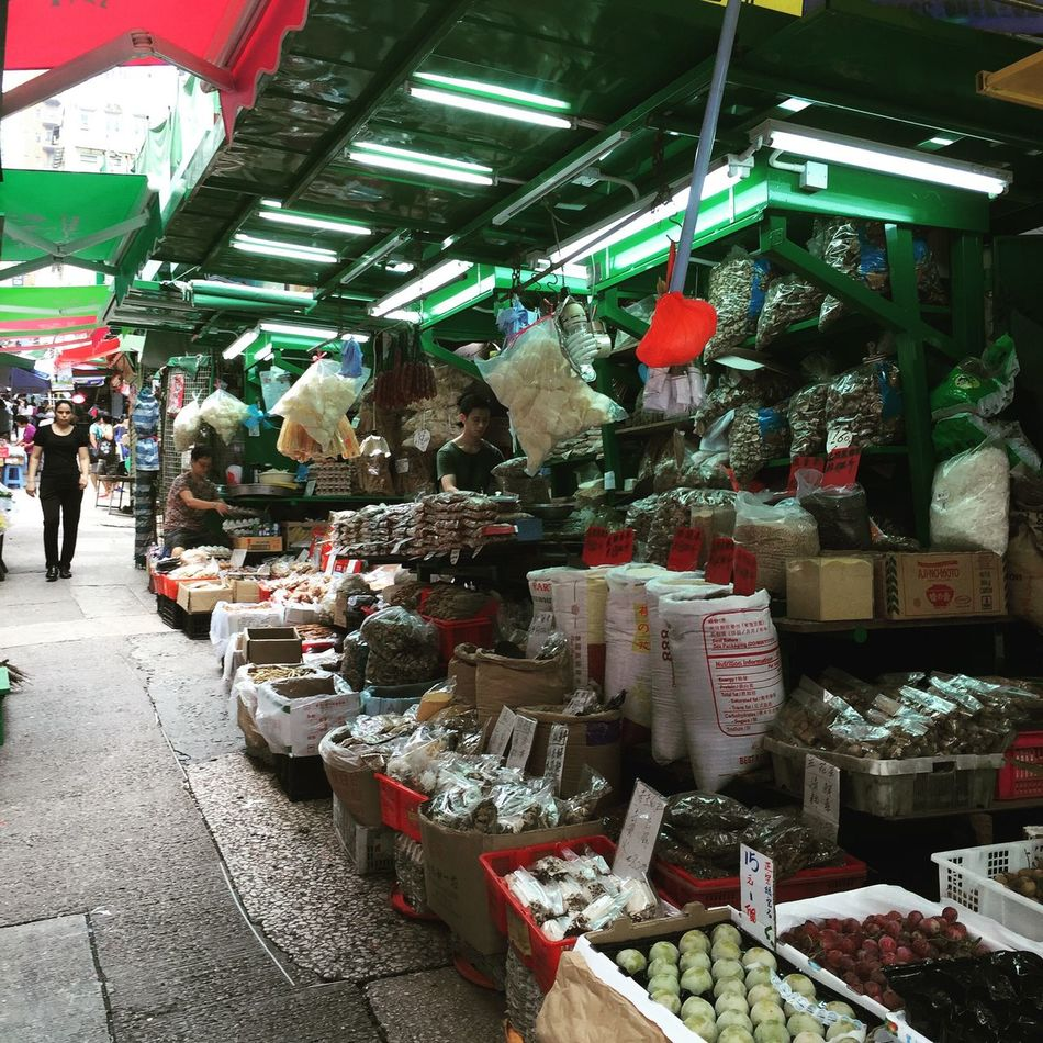 @izzymaxie Street market at HongKong Central, freshest produce everyday Streetmarket Streetphotography Street Life Street Food Worldwide Hongkong Photos Hongkongfood Hongkong Central Streetstyle Street Style From Around The World