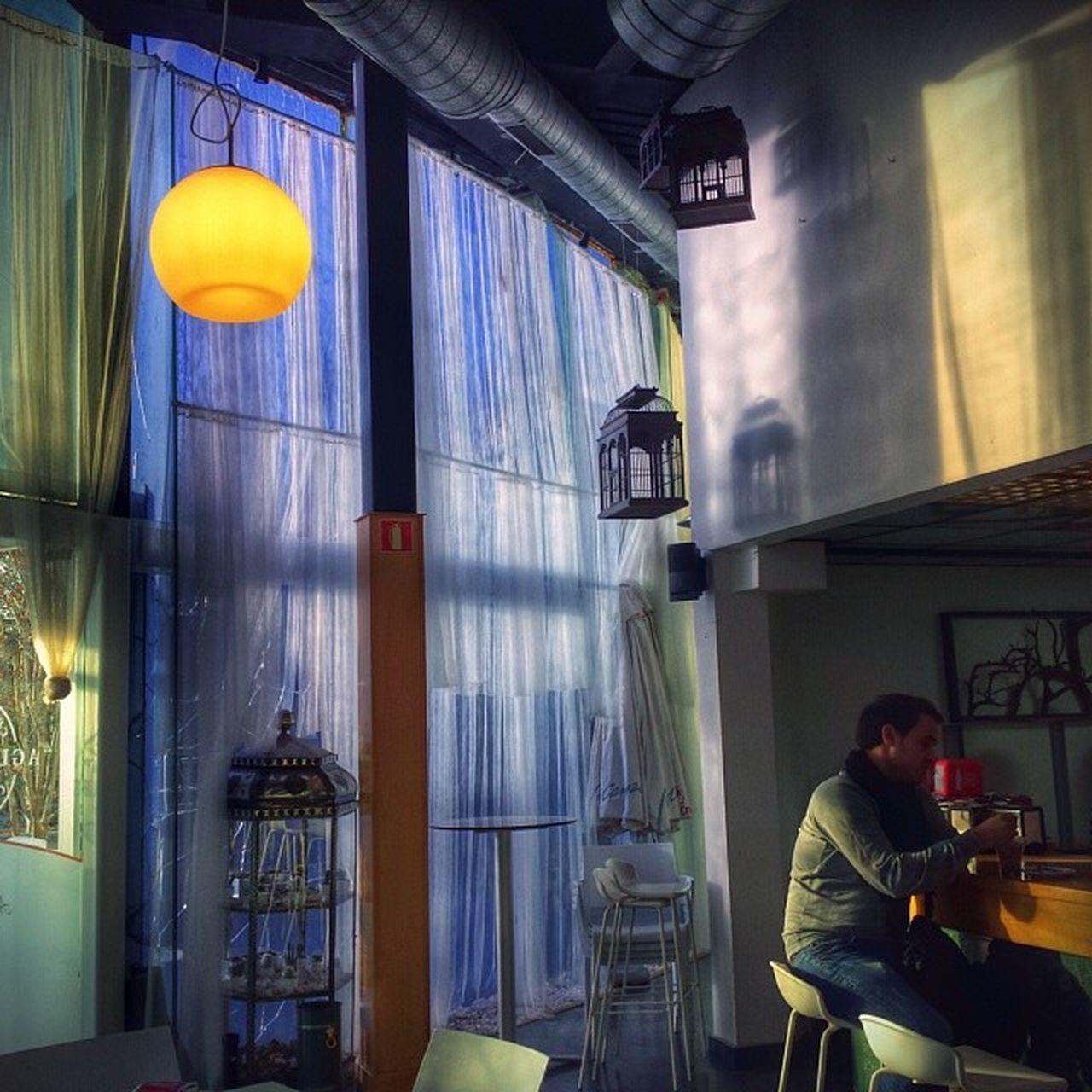 Café tras cortina de agua
