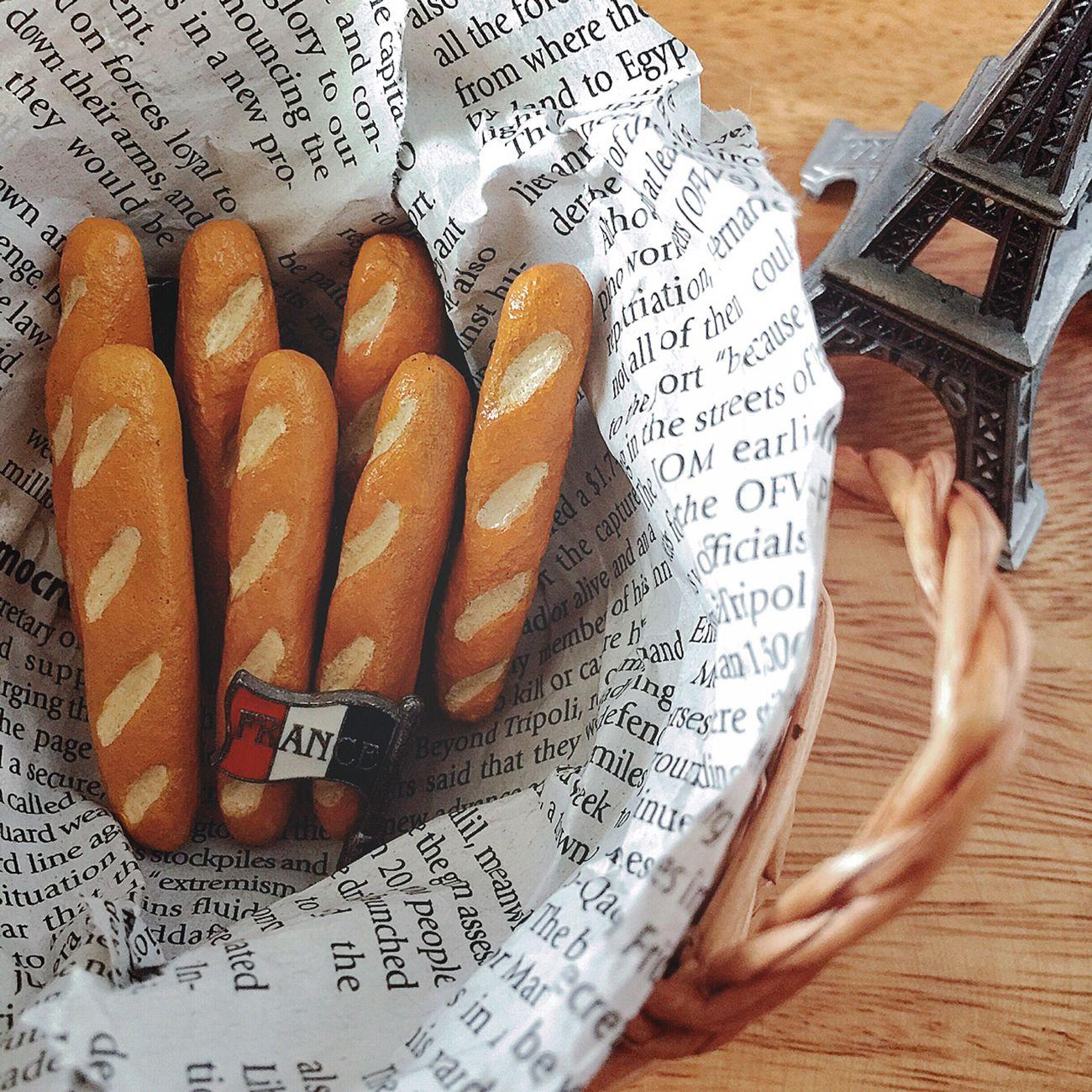 バゲットのブローチ しろくま貯金箱に気を取られてたけど、ブローチも綴りますよ〜✌🏼️😚 パリっ子の定番パン・バゲットのブローチです🇫🇷🍞✨ パリジェンヌに憧れて、パリのパン屋さんで売っているようなバゲットをイメージしました🇫🇷🍞🤗 しろくま貯金箱とブローチ、写真たくさん撮らなきゃ😆📱✨✨ ブローチ フランス フランスパン バゲット France パリ Paris ハンドメイド 粘土 陶土 オーブン陶土