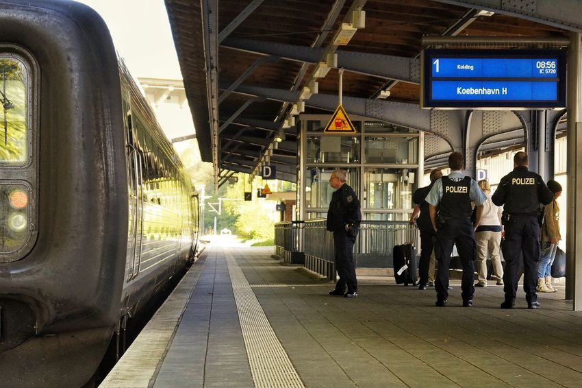 Präsenz Presence Präsenz Polizei Bahnhof Flensburg Police At Work Police Policeman Railwaystation Train Train Station Platform Kopenhavn Kopenhagen Feel The Journey