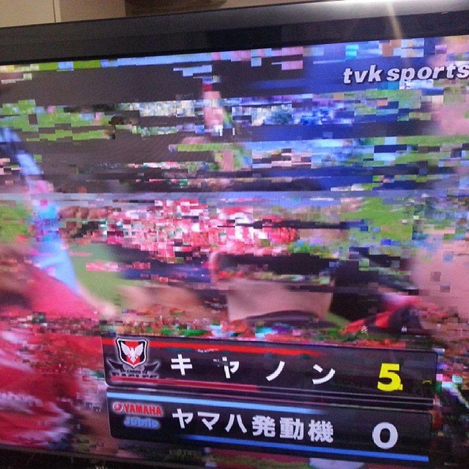 放送事故に全く気づいていない TVK テレビ テロップは、影響ないのに映像ソースはノイズまみれ。誰も送信確認していないのか?総務省から免停もらいそう!かれこれ5分以上 音声もひどい