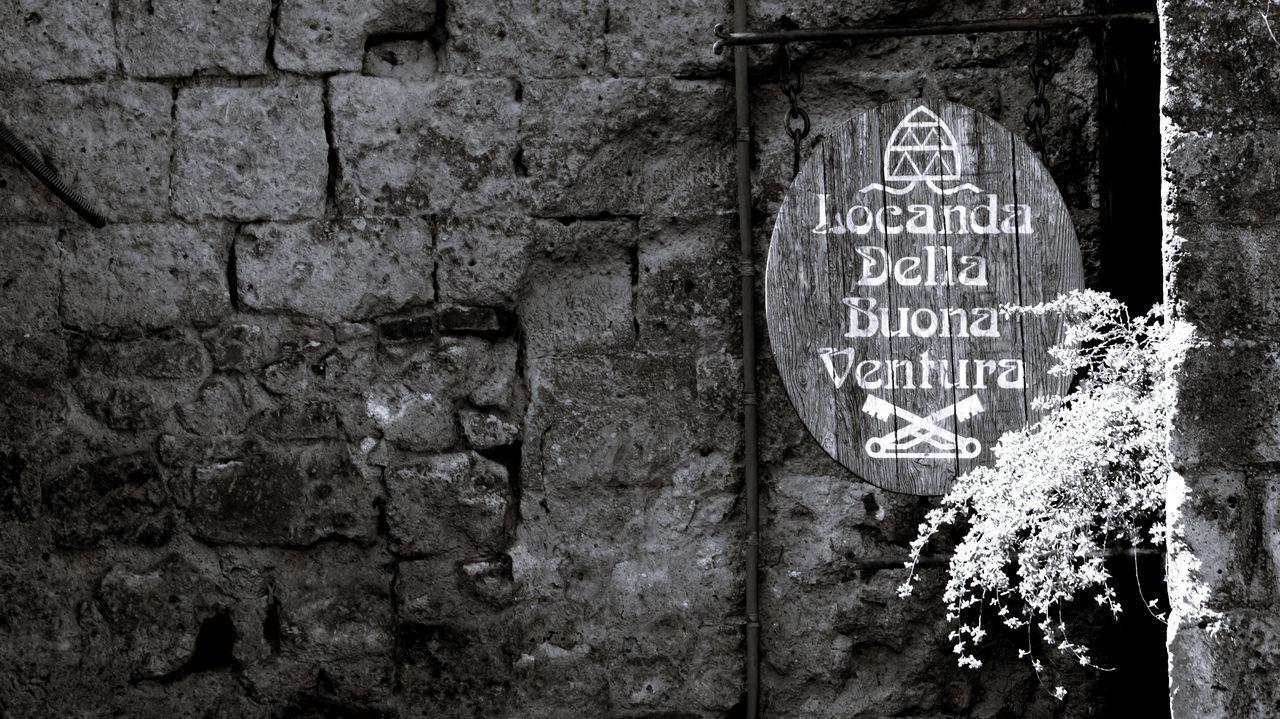 Italia Stadt Civita Di Bagnoregio Grey Greyscale Schwarzweiß Blackandwhite Schild