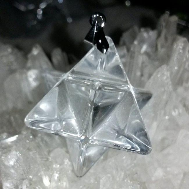 白晶俗稱水晶之王,功能最多也最廣。白水晶包含紅橙黃綠藍靛紫七種光的能量,是最平衡圓滿而豐富的能量水晶。白水晶可以使個人頭腦清晰,精神清爽,提高靈性,激發潛能。白水晶的能量可以幫助我們組織所有概念及創作進而實現。並平衡體內能量,強增學習力、記憶力。可鎮宅避邪,護身,聚福氣,改風水,淨化全身,去除病氣,可擋災趨吉開運。 白晶 魔卡巴 礦石 水晶 天然水晶 hk hkig hkiggirl hkgirl onlineshop hkonlineshop girls igbuy igbuyer hkonlineshopping hkigshop 852 852shop 手飾 飾物 現貨 hkseller 戀愛 愛情 星座 手鏈 吊咀