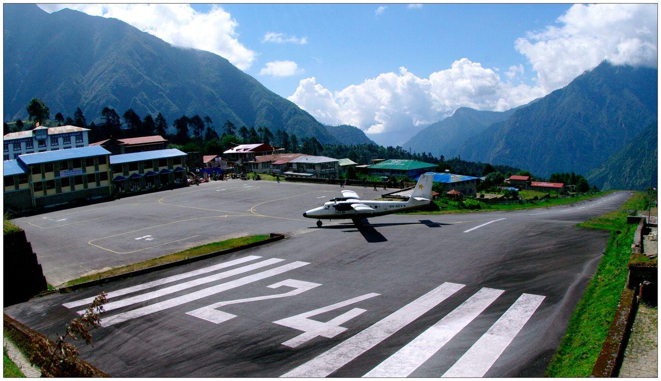 Eyem Best Shots Lukla Airport Traveling In Nepal . wegen des steilen Anfluges gegen den Berg zählt der Flughafen von Lukla zu den 10 gefährlichlichsten der Welt