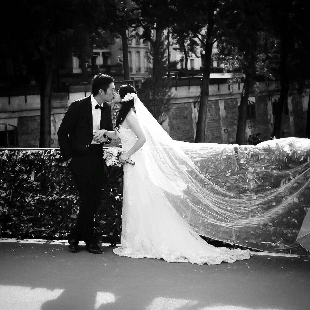 Happy Valentines Day! Bonsoir Paris! Valentines Day Valentine Bride Wedding EyeEm Best Shots Paris Paris ❤ Photooftheday Parisweloveyou EyeEm Bnw Bnw_life Bnw_captures Bnw_collection