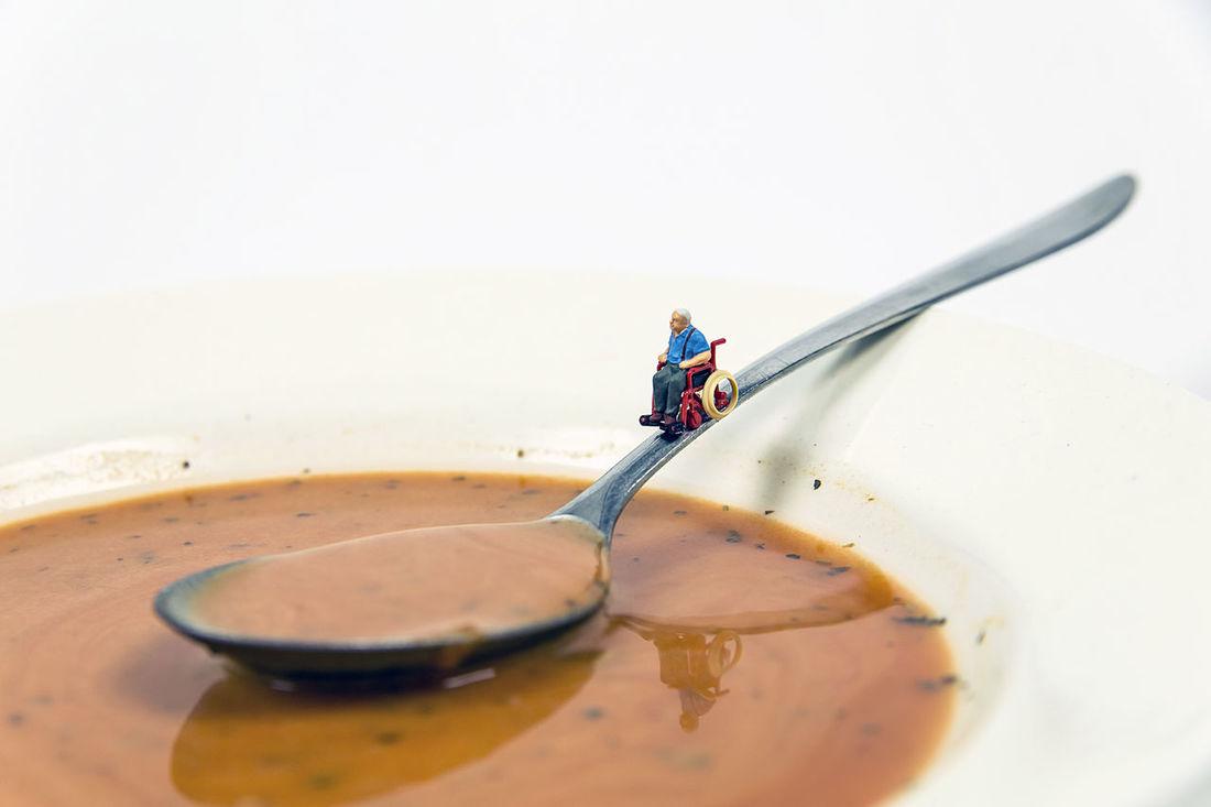 Achtung Rollstuhlfahrer. Abwärts Behinderung Close-up Danger Dangerous Disabled Gefahr Gefahrengebiet Kunst Löffel Miniature Miniatures Rollstuhl Rollstuhlfahrer Soup Spoon Suppe Teller Tellerrand Wheelchair