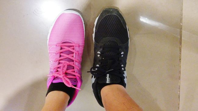 Contrast and hue.... Shoesporn EyeEmBestPics Coupleshoes Pinkandblack Pink Black Rubbershoes Bestoftheday Blackandpink Life Shoelovers
