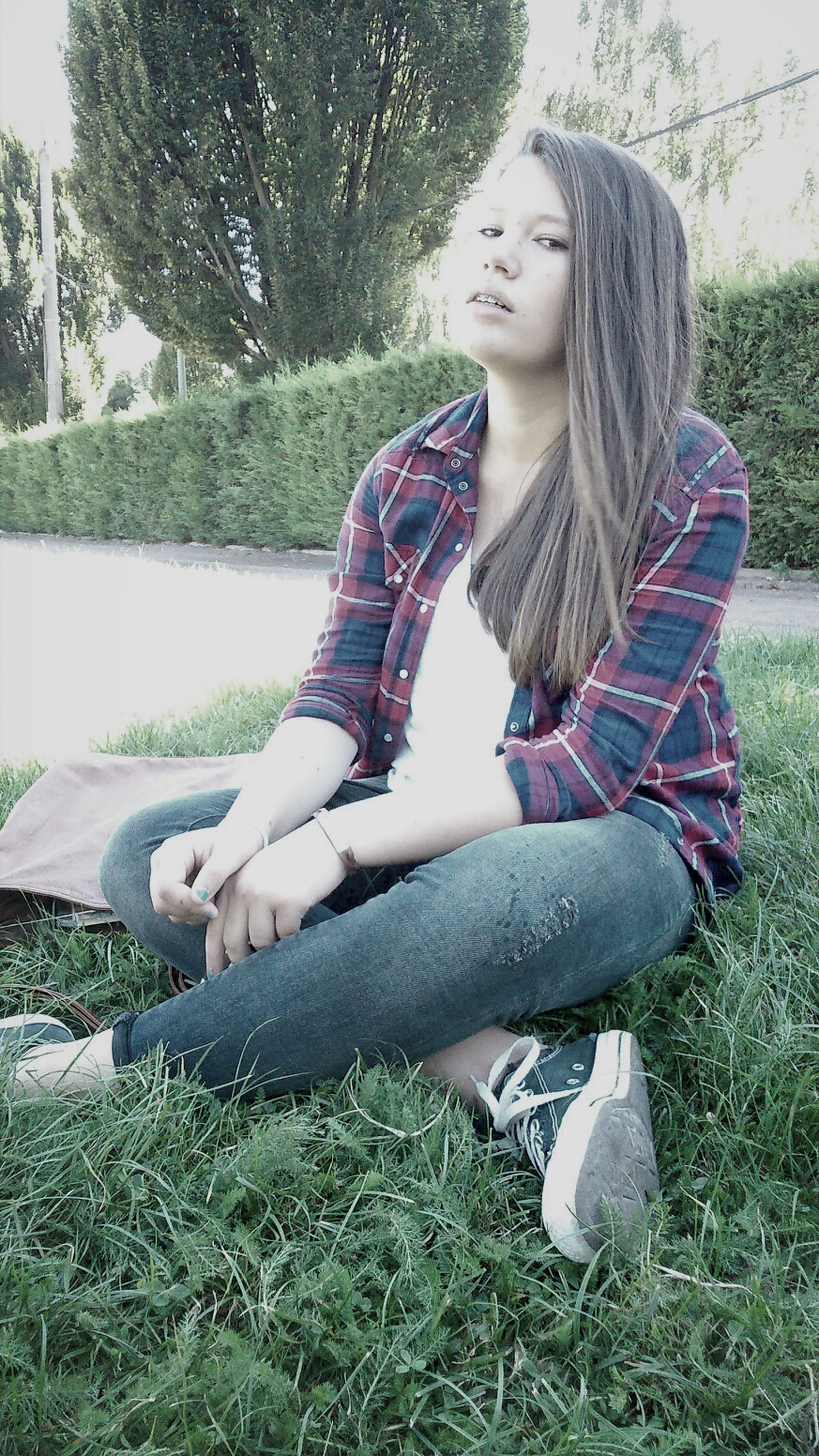 young adult, young women, person, lifestyles, grass, casual clothing, leisure activity, long hair, full length, sitting, portrait, looking at camera, relaxation, front view, standing, park - man made space, tree