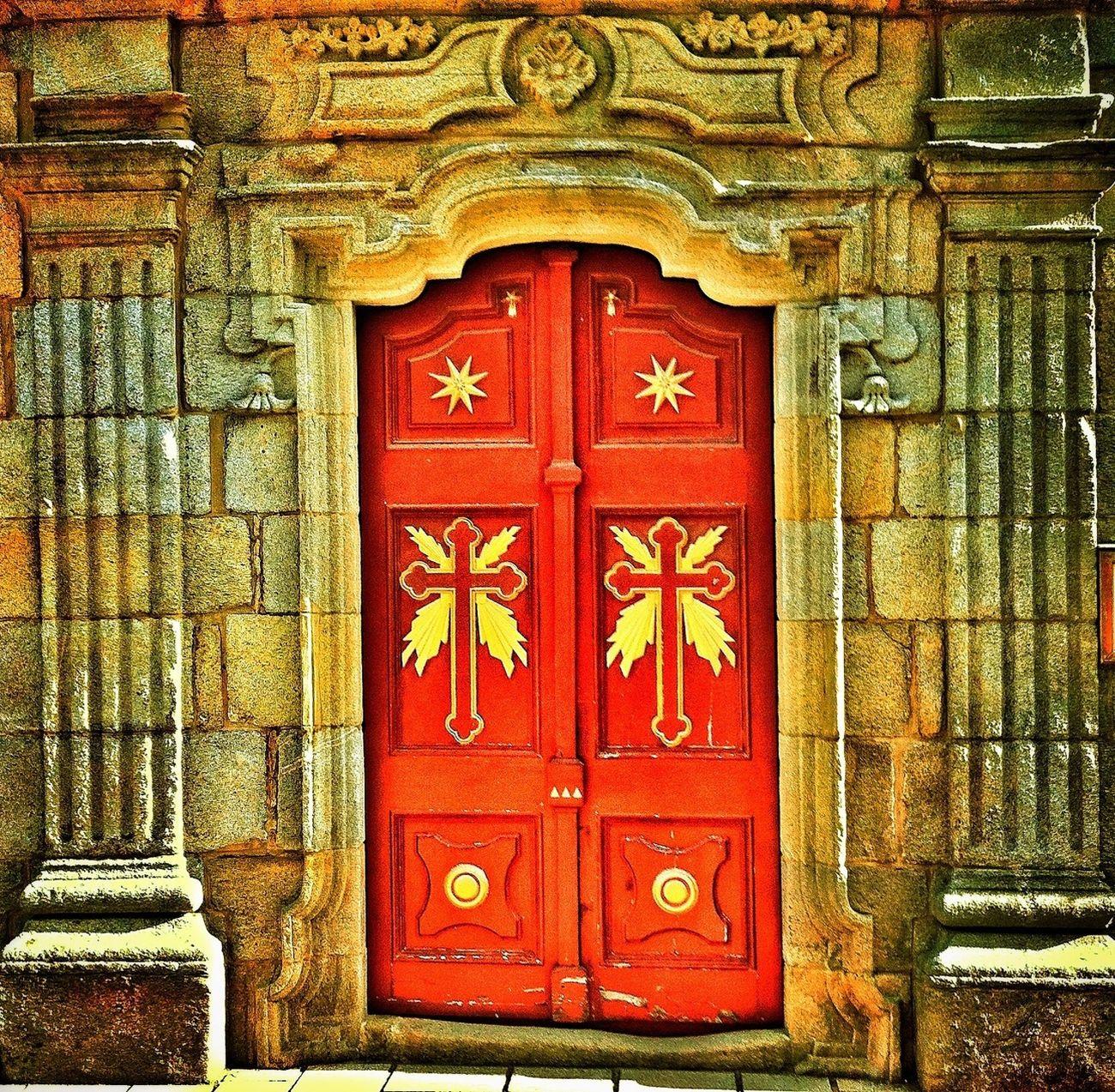 Porta da igrexa Santa María de Darbo en Cangas