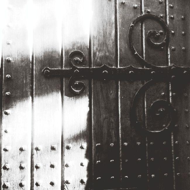 ... juste une porte ! ... une porte massive ...
