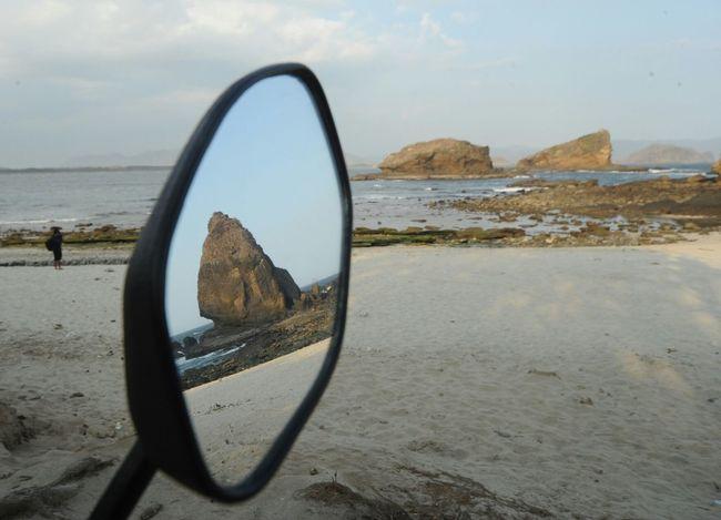 pantulan salah satu batu dari tujuh di Papumabeach Jember Jawatimur WisatabloidDestination Pesonaindonesia Pesonajember Pantai Beachphotography