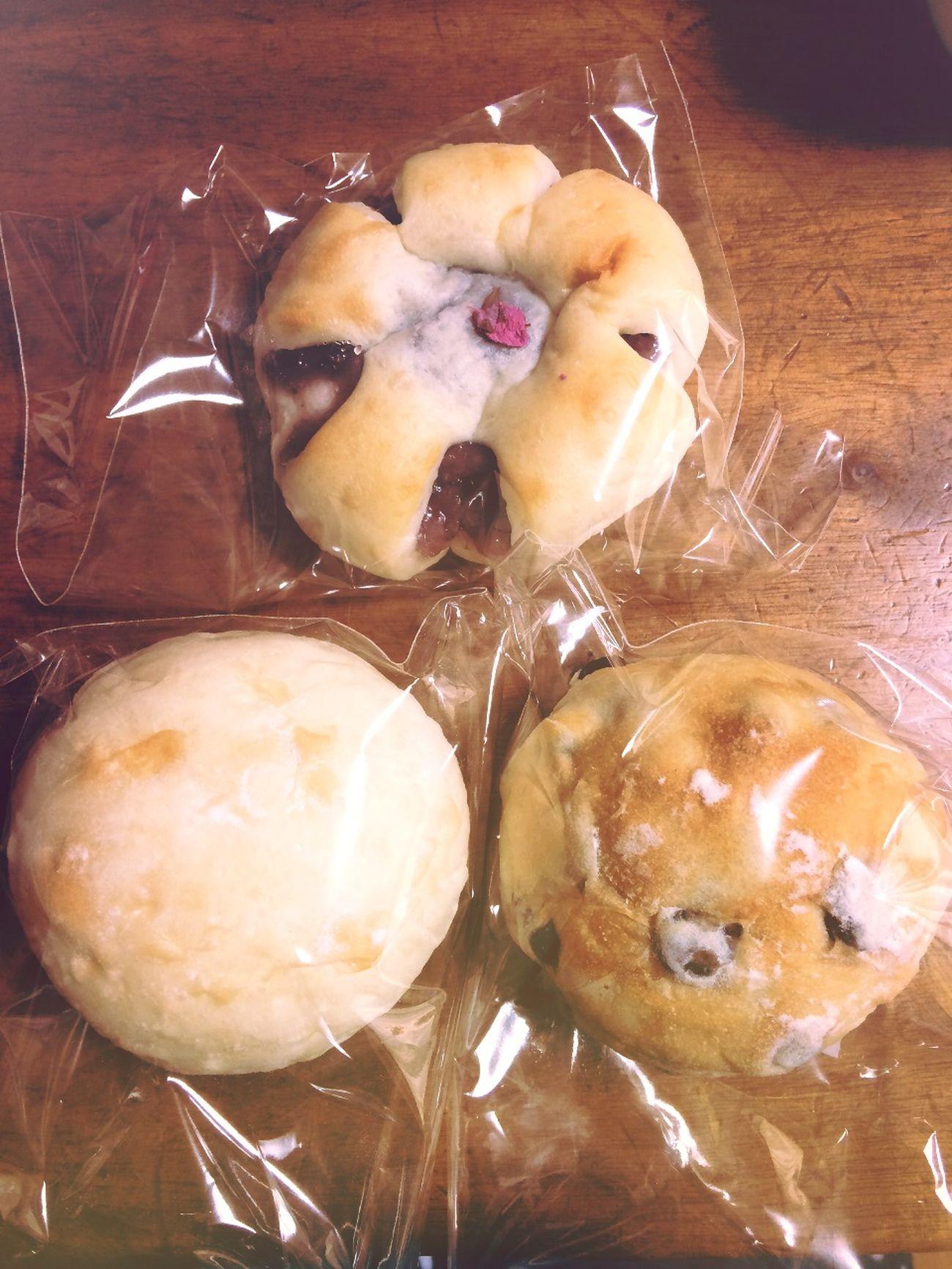 濱田屋 ecute品川の豆パン、桜あんぱん、満月。豆パンは結構しょっぱめ、お茶に合う!逆に桜あんぱんは予想に反してしょっぱくなく優しい甘さ。満月はシンプルな白パン。不思議と飽きない味。ごちそう様です(´ᆺ`)