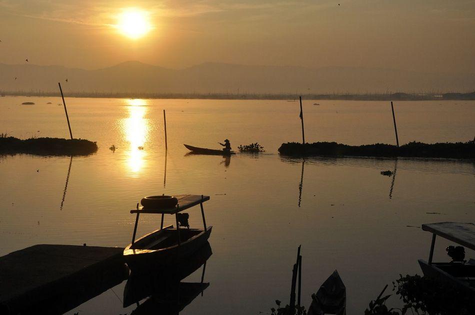 Morning glory...para pencari eceng gondok di Rawa Pening, Rawapening #indonesia #centraljava Nikonphotography Beautiful Indonesia Landscape_photography Sunrise