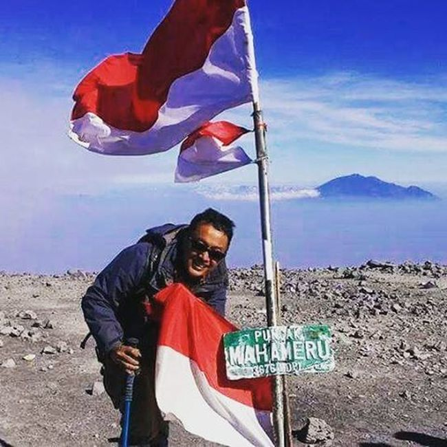 kiss the flag on the highest summit of Java island, is truly moment of truth, worth for every step, every breath and every teardrop a moment where we feel how little we are against this big nation, Indonesia a moment how we and this land are so blessed and too few to thank to the nature and the Creator: Allah the Almighty a moment to pray and to thank for all our heroes, known or forgotten from Sabang to Merauke damn, I love Indonesia Summit1 Sefo  Mahameru2014 hope, I can feel similar moment soon, InsyaAllah Summit2 Sefo  Rinjani2015