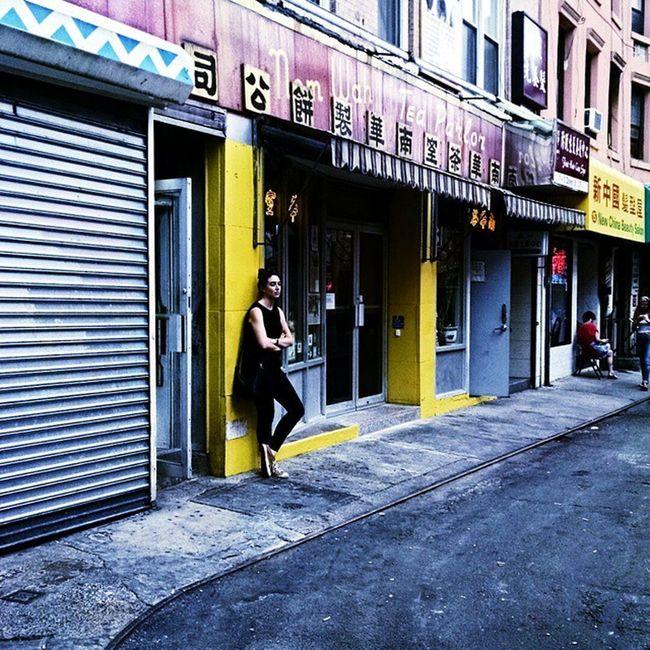 Chinatown chill. 🎐🎋🎐 Quietnewyork Lostinamoment Onthestreet Chinatown tea teaspot bubbletea milktea hiddenstreets summertimeblues fashion allblack converse streetstyle