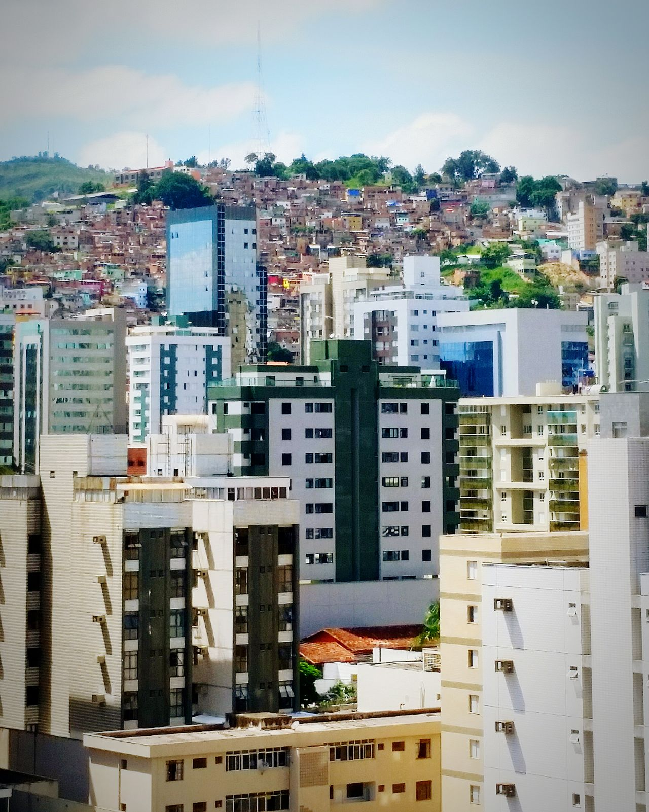 I was not chasing quality at all in this pic, just to give people an idea about social inequality in Brazil ... Social Inequality Rich Poor  Classes Desigualdade Desigualdad Favela Favelabrazil Belo Horizonte Comparison Compare Day Manhã Dia Tarde  Afternoon Evening Brazil