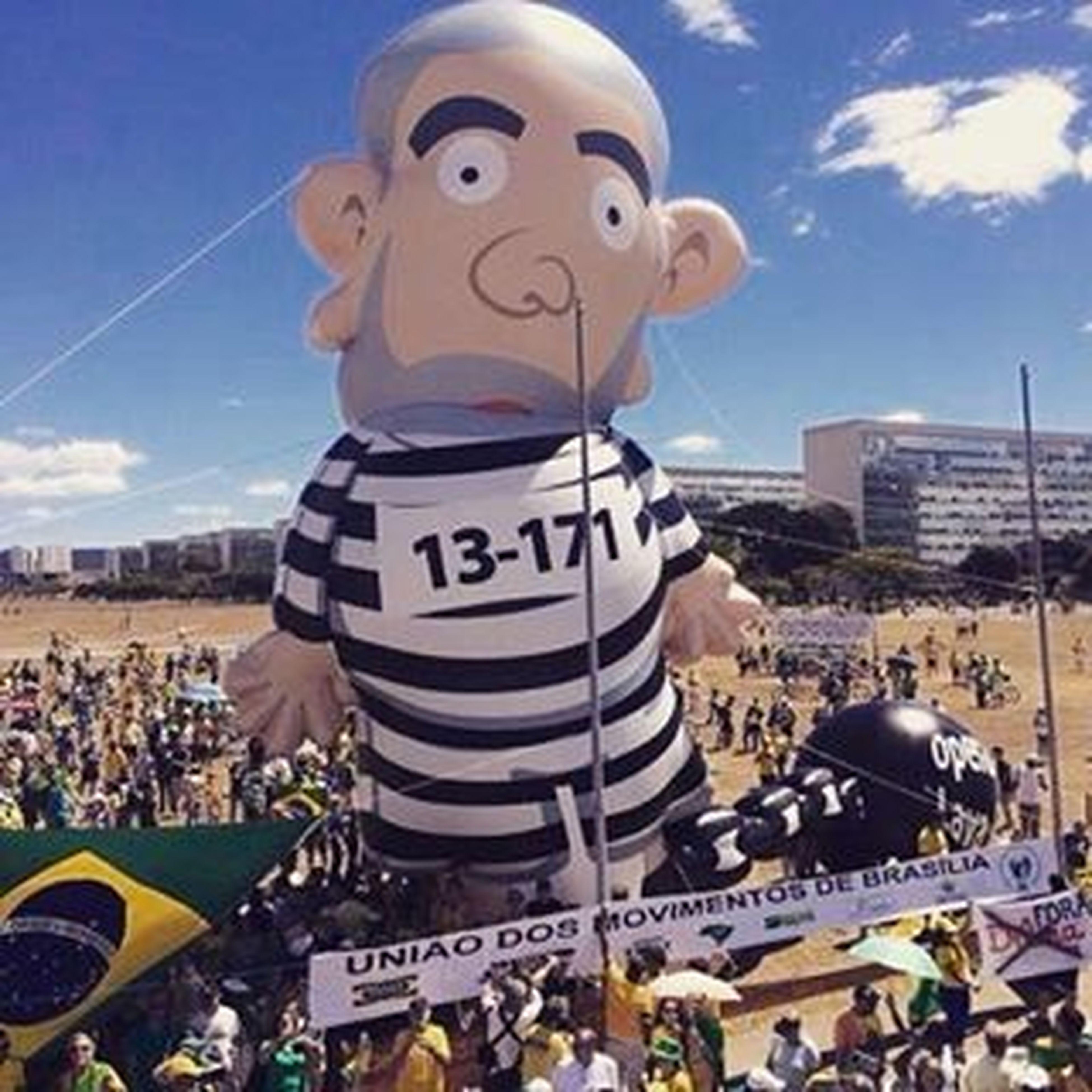 Pixuleco , ou Pixulula , a cara da Corrupção ; o mascote da Lavajato . A mais significativa imagem dessa onda de protestos.