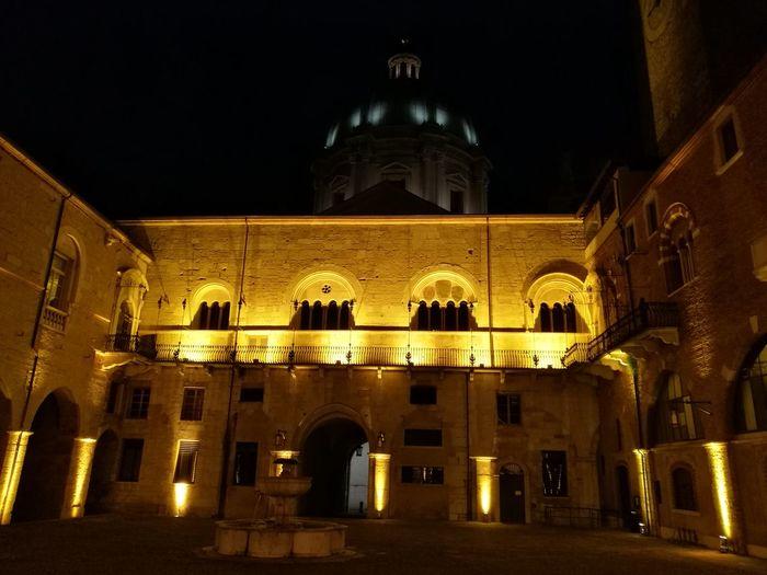 Palazzo Broletto con Duomo Nuovo sullo sfondo