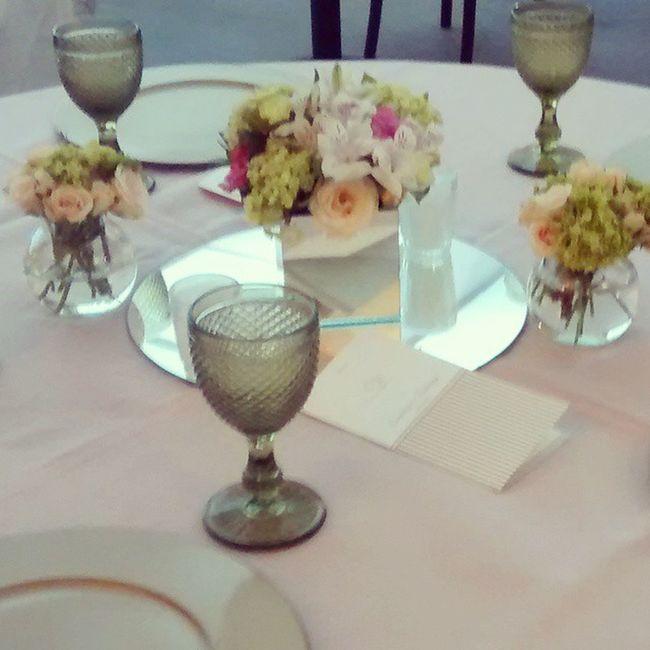 Composição de mesa, cores suaves porem alegres - pedido da noiva seguido a risca! Weddingdecor Decoracaodefestas Decoracaodecasamento Dd2decor Dd2eventos Lovemyjob