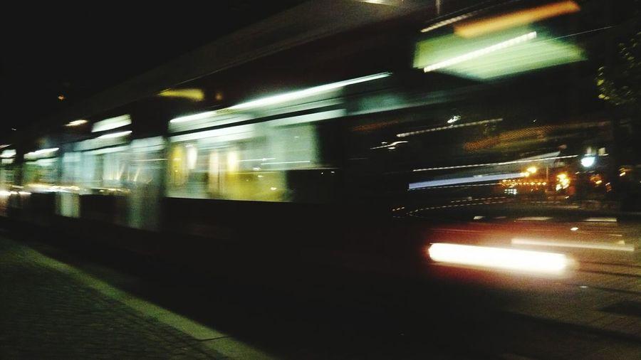 Night Train Nachtzug Straßenbahn Nachtaufnahme City Bewegungsaufnahme Langzeitbelichtung Lang Zeitaufnahme Nachtfotografie Nachtaufnahme Bewegungsunschärfe