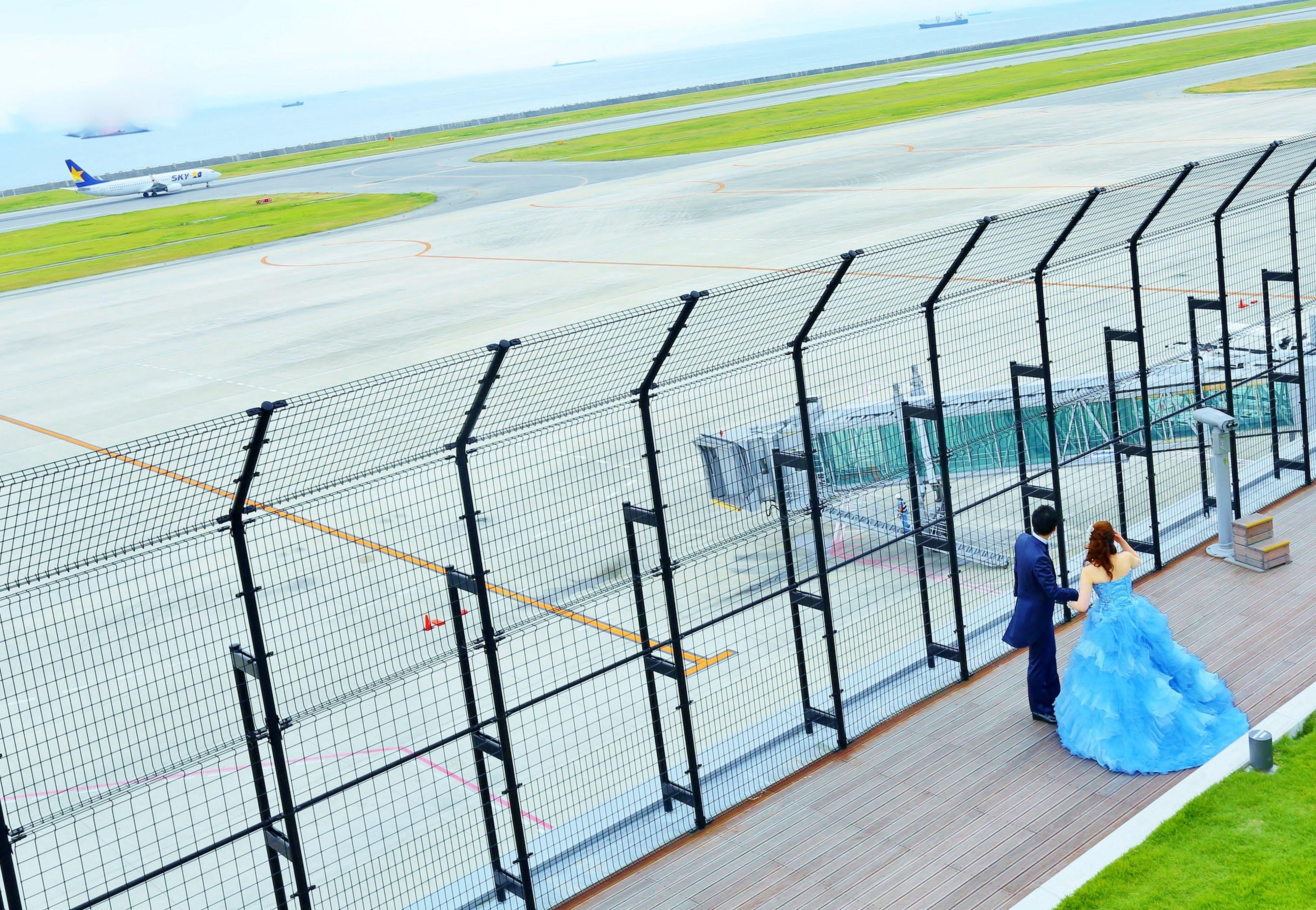 神戸空港でのブライダル_ロケーションフォト。 テーマカラーのブルーのカラードレス、 左奥には飛行機が飛び立つ準備! Airport Bridle Couture Wedding Weddingsaloninoue Wedigdress こb こうべ こうb