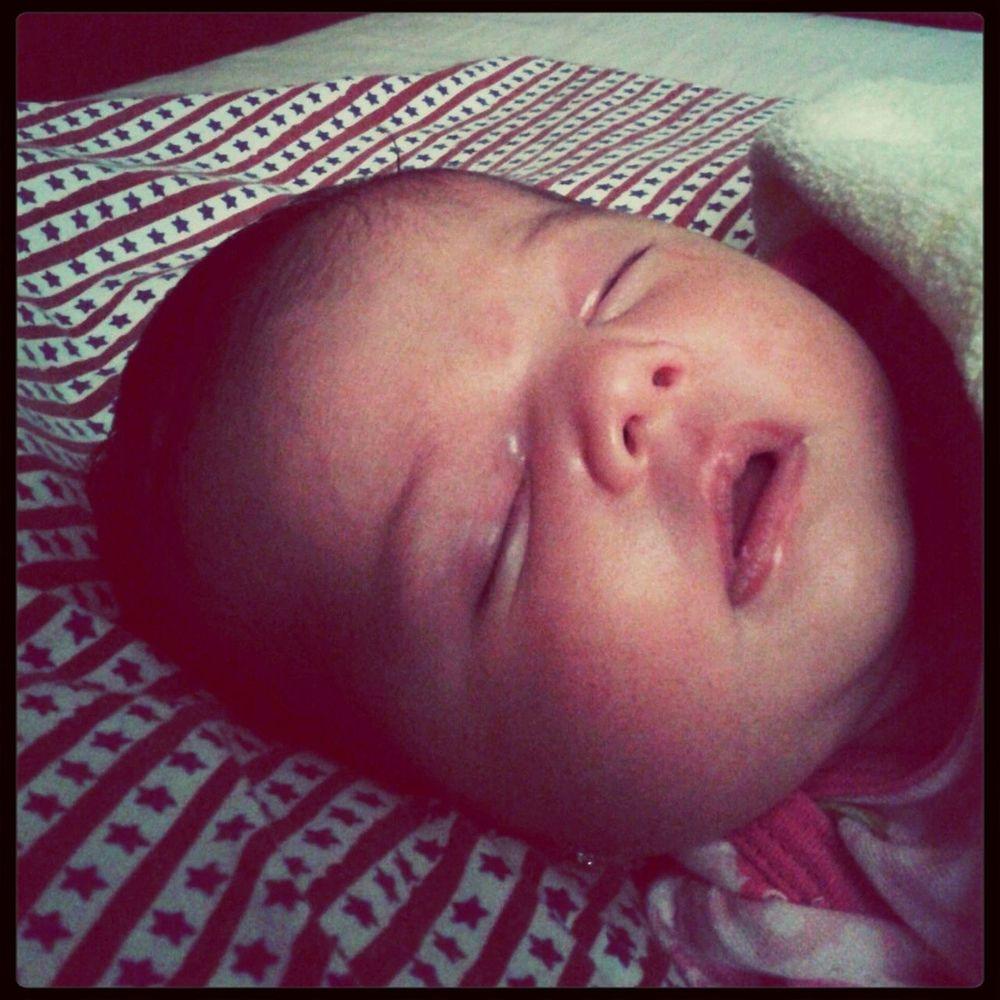 Tomando una siestita!!! ♥♥♥ y yo embobada velandola... Mi amor divina ♡♡♡