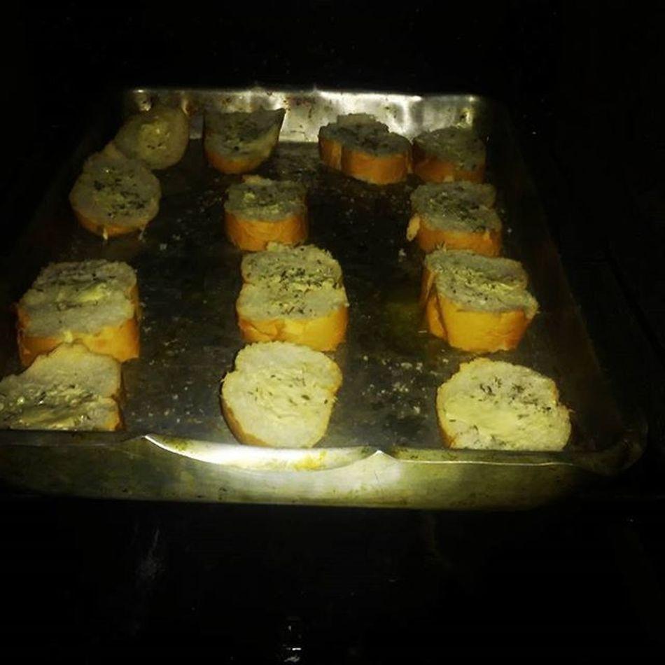 Torradinhascmmanteigaeorégano acompanhento da sopa 😍 no forno ....