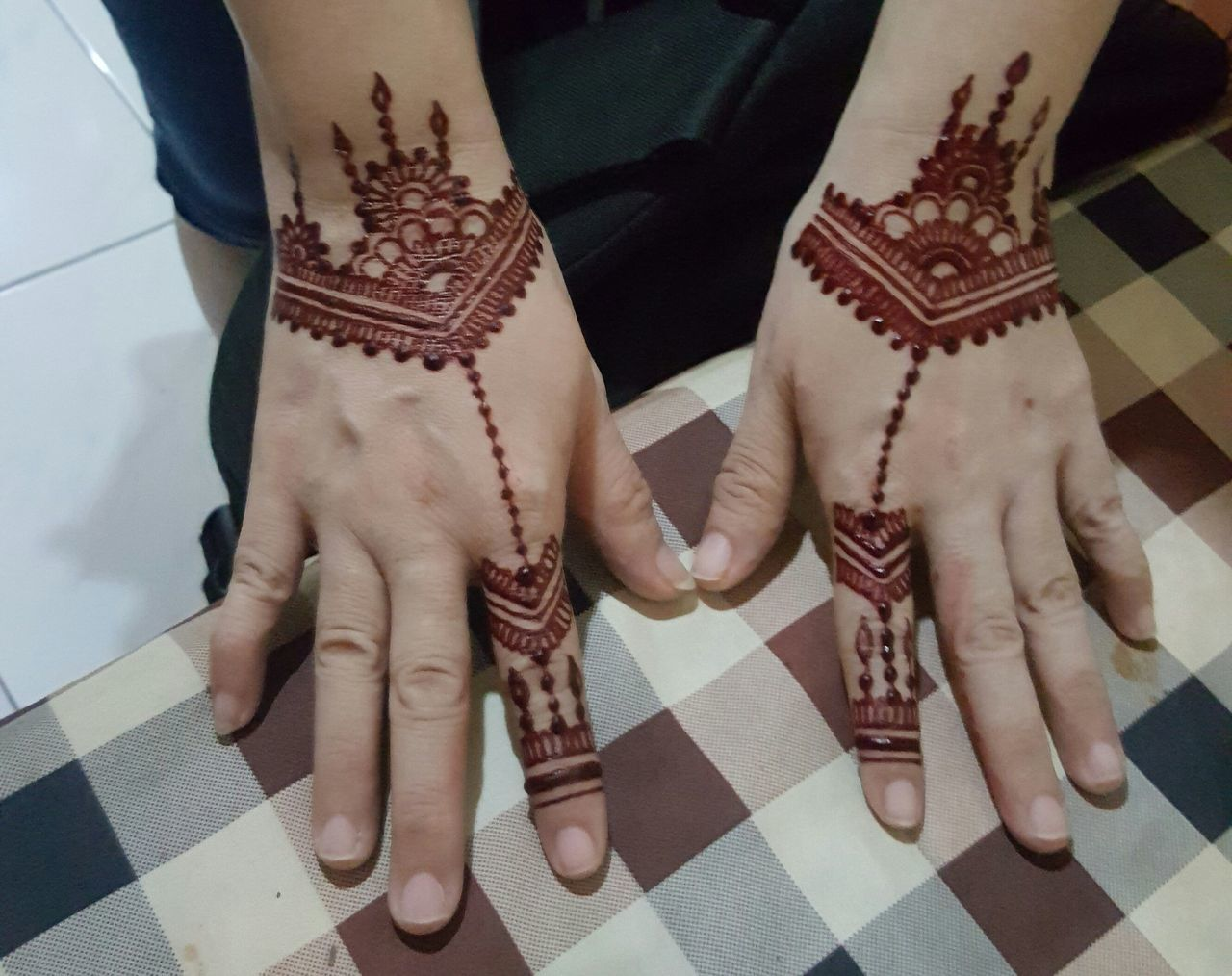 Face needs makeup. My hands need it too. Henna Design henna art Henna Tattoo ❤