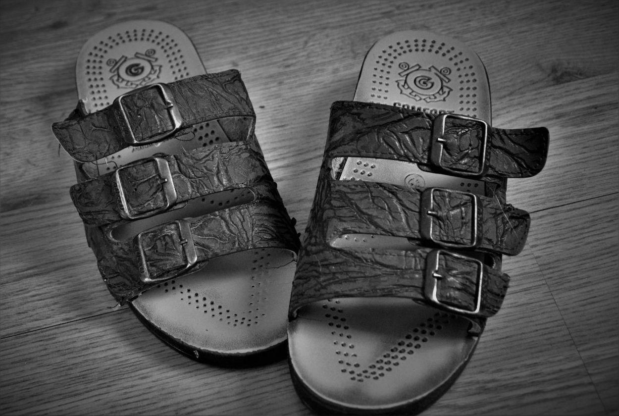 Black And White Hausschuhe Indoors  Pair Room Slippers Schuhe  Schwarz Und Weiß Shoes Slippers Two Zimmer Hausschuhe Sandalen Sandals