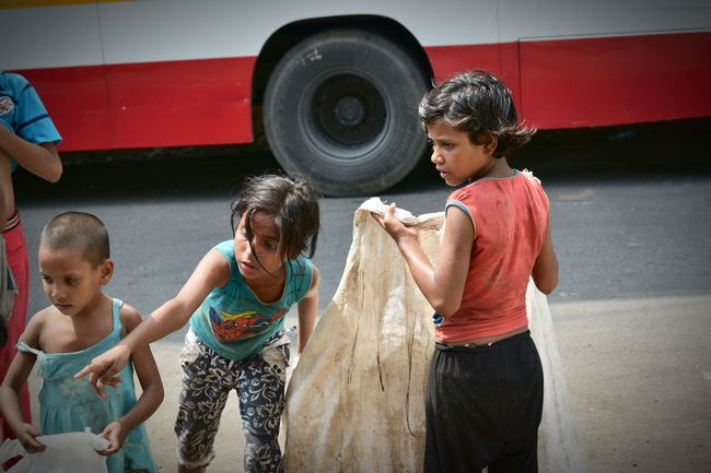 Sisters Poor Kids Poor Children Under Privilaged Experssions Girl Power ♥ HUMANITY Little Girl Homeless Summer ☀ Hot Summer Day Irony India People People Photography Facial Expressions Faces On The Way