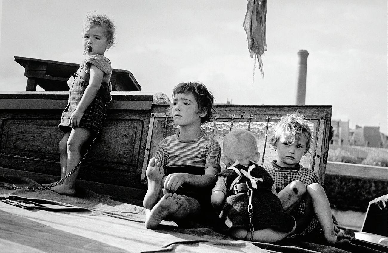 L'innocence d'un enfant se lit sur son regard... Child Salondelaphoto Paris Beautifulchildren Love Tchdwnprod Monochrome Blackandwhite