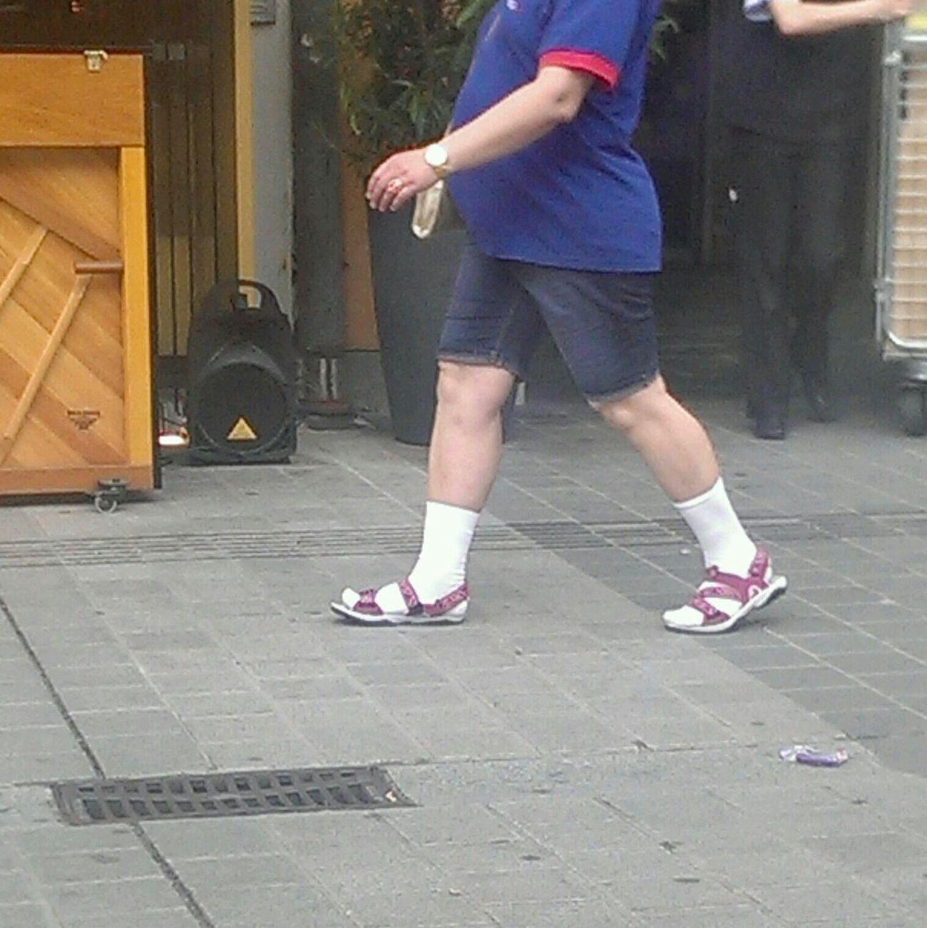 Auch Frauen dürfen Sandalen mit Socken tragen!!