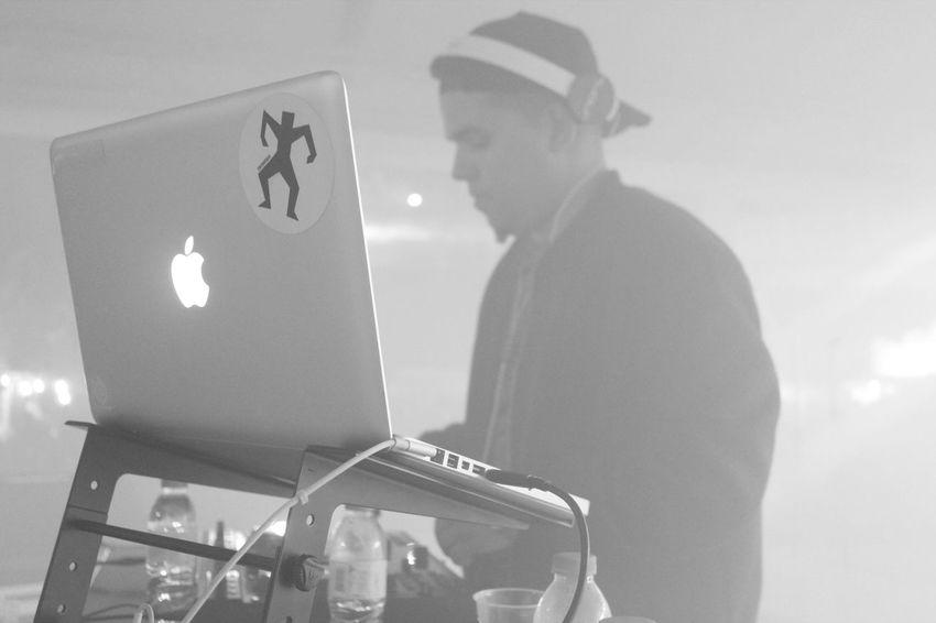 Apple Balck And White Dj Laptop Lifestyles Lights And Shadows Music Music Festival People Smoke Tecnology