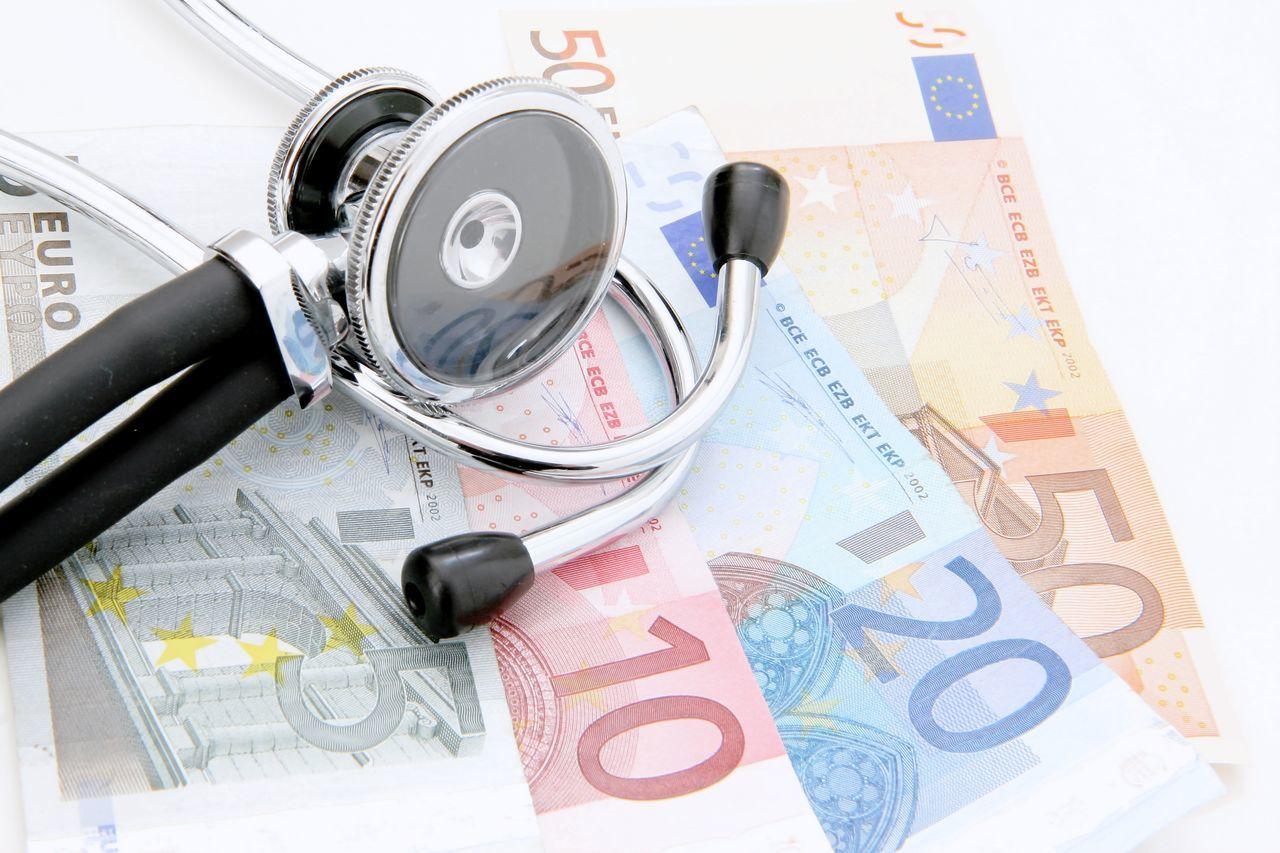 Stethoskop liegt auf vielen EURO Geldscheinen Geldscheine No People Stethoskop Studio Studio Photography Studio Shot Studioaufnahme Symbol Symbolbild Symbolic  Symbolisch