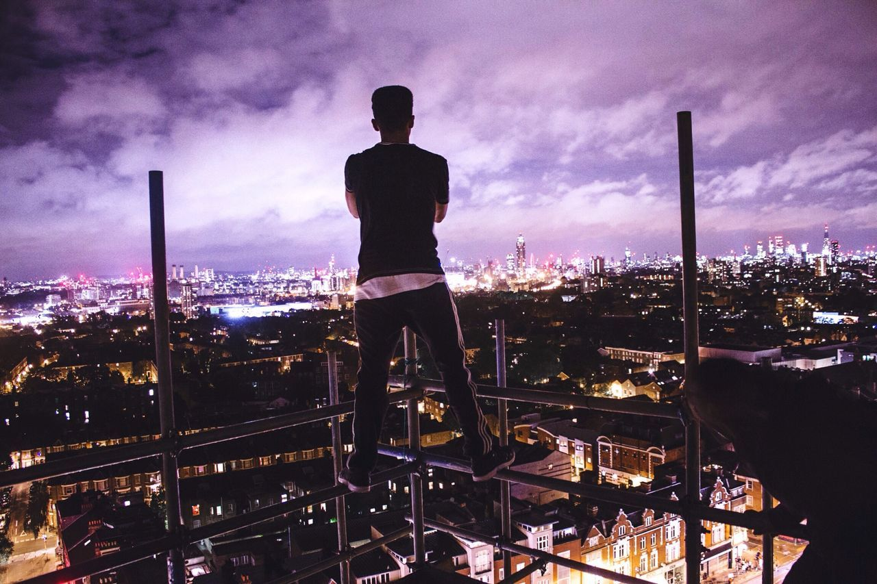 On the look out. 🆙🌃 OpenEdit Open Edit Exploring City The Moment - 2015 EyeEm Awards Check This Out Taking Photos Colors Urbex Cool
