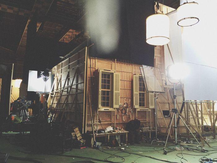 这就是大家在电影中经常看到的高大上的房子的真面目。为拍摄随时拆掉整面墙体。