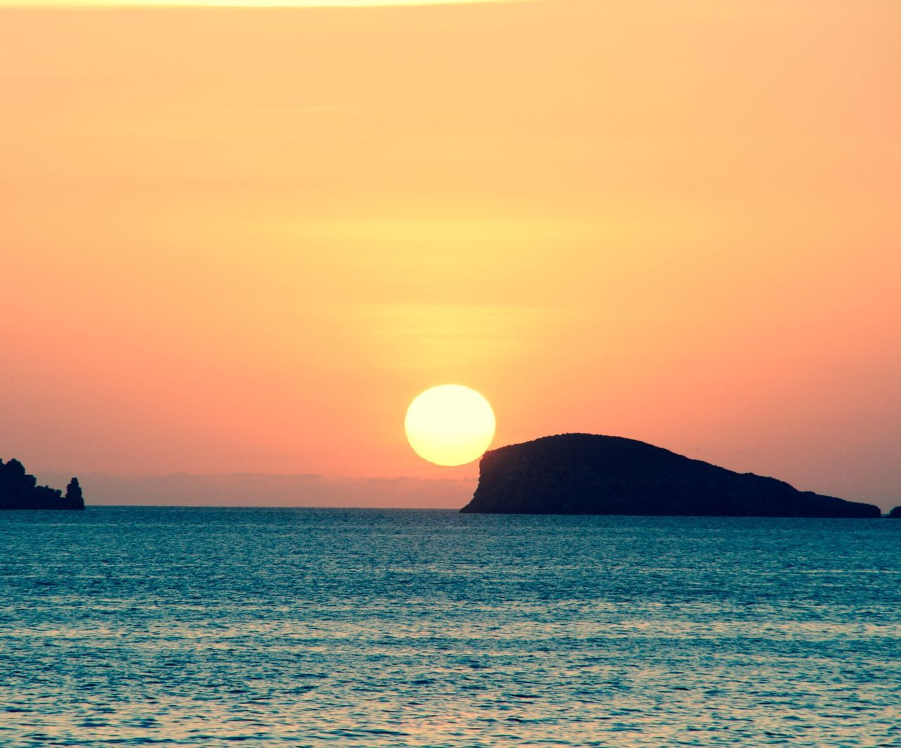sea, sunset, beauty in nature, scenics, tranquility, nature, horizon over water, tranquil scene, water, sun, orange color, idyllic, waterfront, sky, silhouette, no people, outdoors, clear sky