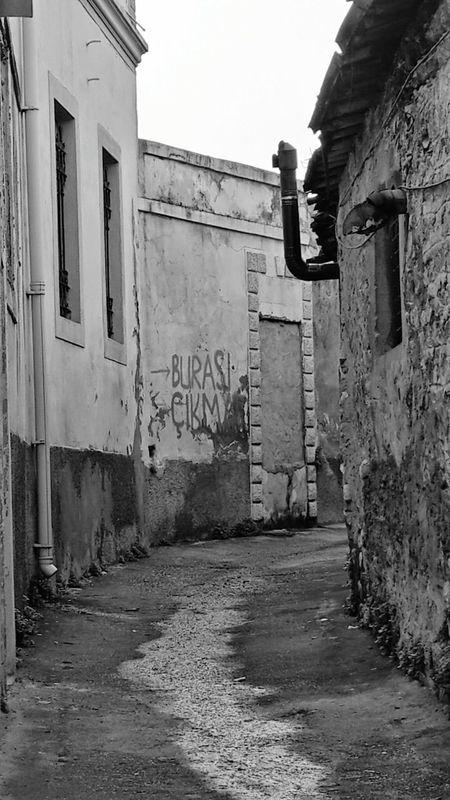 İnsan kaç kere yenilir bu dünyada her şeye, herkese ve de kendisine? Varılan her kapı, her sokak, her yol ve de bir yerde yolunun kesıştiği her insan neden çıkmaz sokakta kalmış gibi hissettirir. İnsanın kendisi mi yanlış acaba? Yoksa bu yaşanması her geçen gün zorlaşan dünya mı?... Ve her şey, herkes neden artık çok yorucu?... Bnw_collection Bnw_captures Bnw Bnw_life Bnw_streetphotography Bnw_planet Streetphoto_bw EyeEm Gallery Untold Stories Capture The Moment Eternity And A Day Ineedamiracleformylostsoul Alone In The City  Landscape EyeEm Best Shots Bw Photography Empty Streets Old Buildings Eye4photography  Blackandwhite Photography Black And White Travel Feel The Journey Antakyasokakları Hatay, Antakya