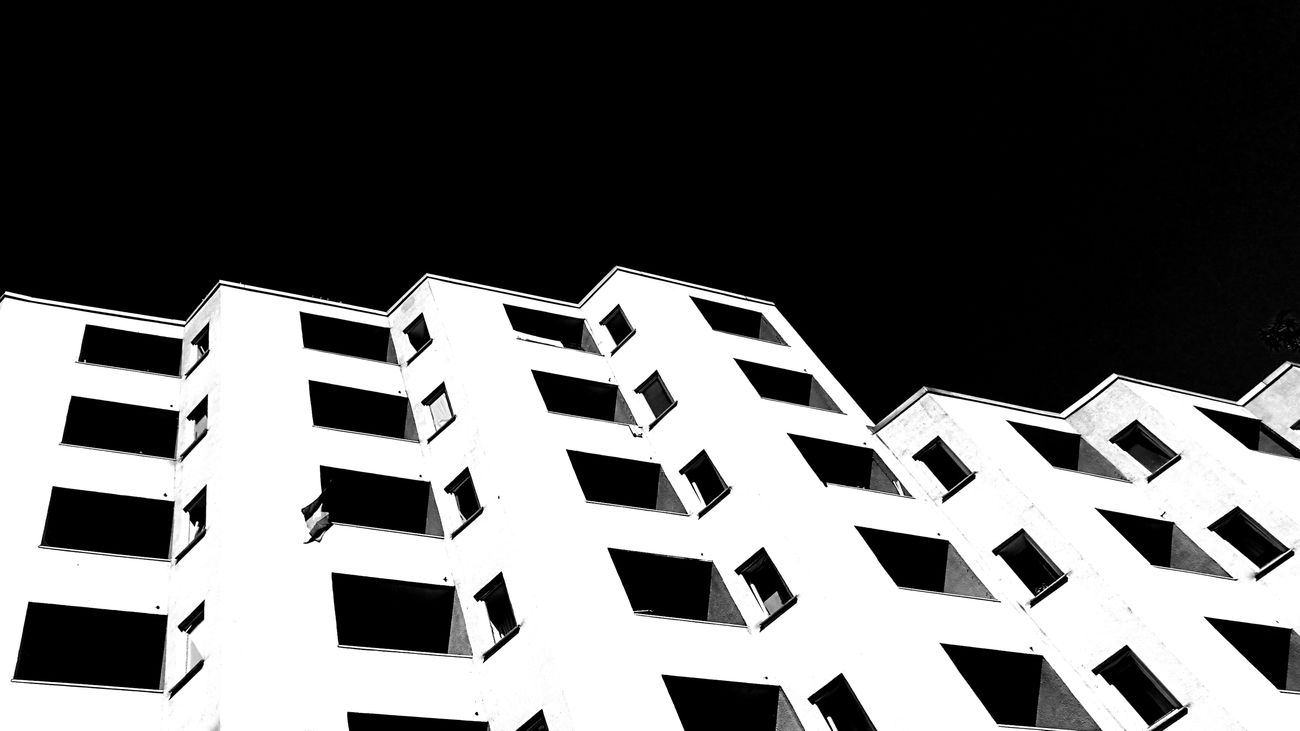 Sky Outdoors Still Life HuaweiP9 Façade Urban Geometry Urban Exploration Mobilephotography Eye4photography  Hanging Out Taking Photos Black & White Blackandwhite Black&white Looking Up Black And White Architecture Street City Architectureporn Architecturelovers Adapted To The City