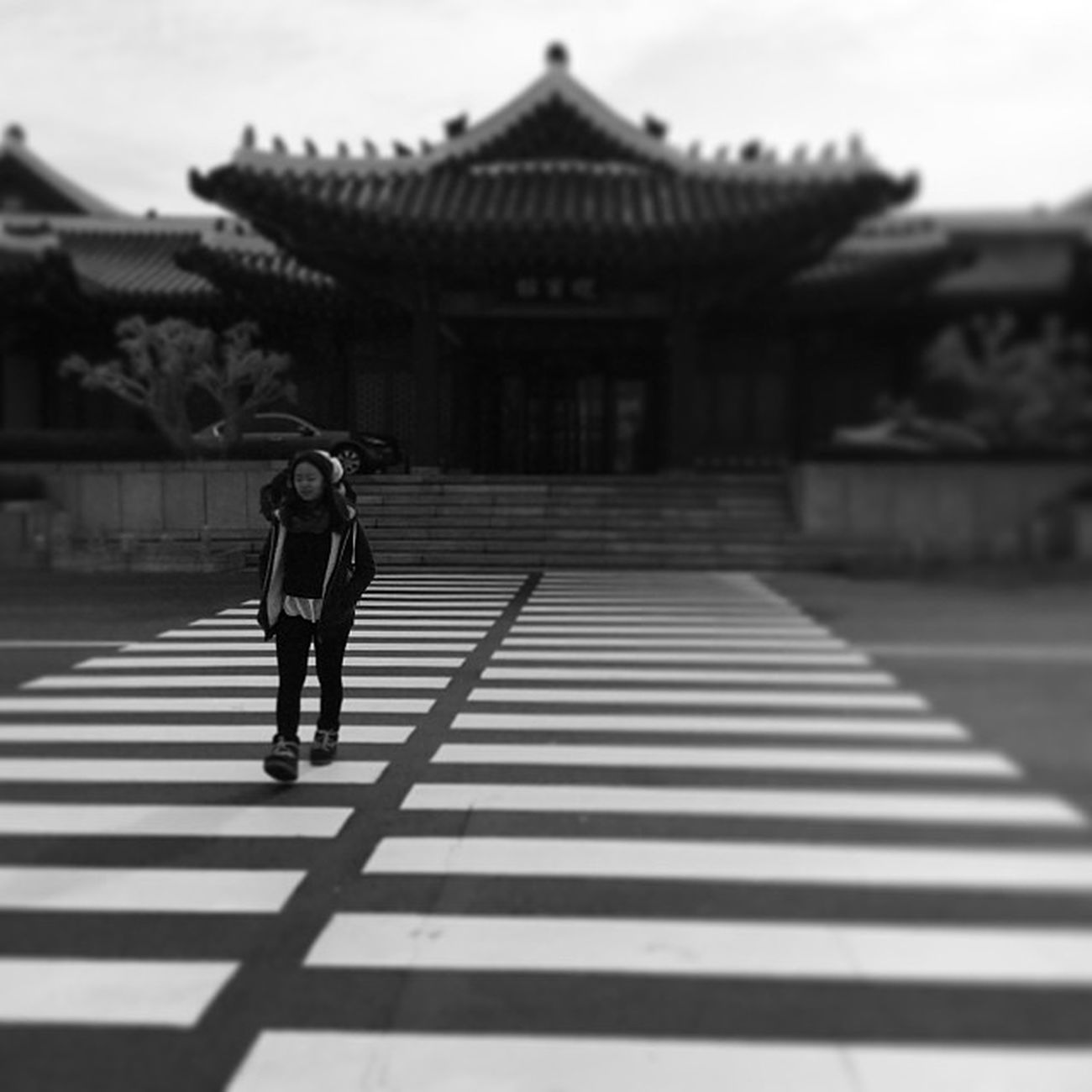 A girl walking on the street? Seoul_korea Street Style Girl